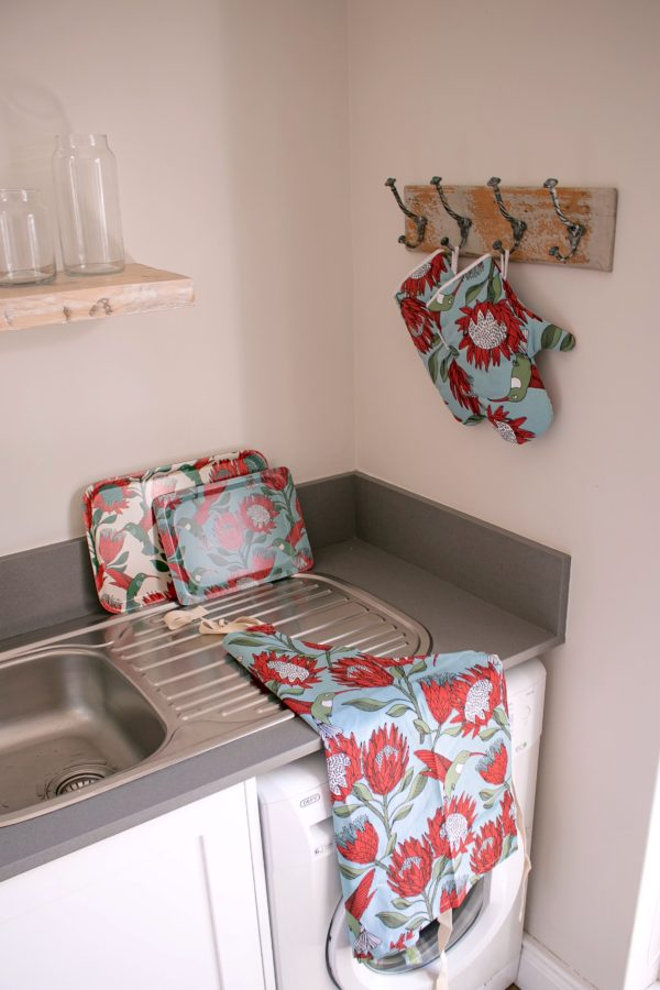 023 – DINNER TRAY, SMALL TRAY, APRON, OVEN GLOVE