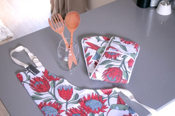 044 – APRON, OVEN GLOVES JOINED